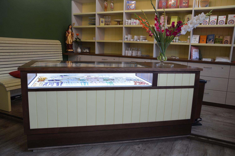 Ladeneinrichtungen,Apotheken,Holz